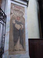 Postać Dominikanina przy wejściu do kaplicy